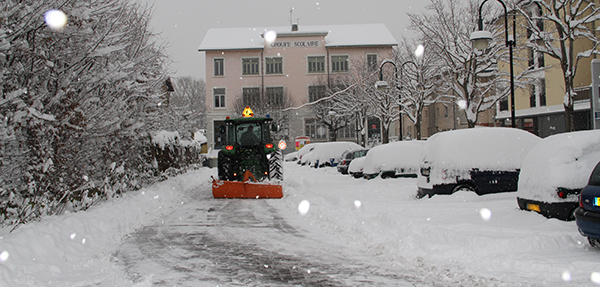 photo d'un déneigement place de la Paix à Saint-Quentin-Fallavier